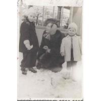 Izabella Stern z córkami Karin i młodszą Roswitą, Sopot, zima 1946 r.