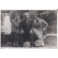 Od lewej Izabella Stern, Maksymilian i Felicja Roth, Gdańsk Oliwa, wiosna 1948 r.