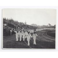 Parada Towarzystwa Gimnastycznego Sokół. Izabella Stern pierwsza z lewej prowadzi pochód