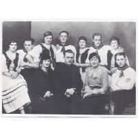 Zespół taneczny Stowarzyszenia Młodzieży Polskiej w Sopocie. Ksiądz Walter Hoeft po prawej Izabella Stern, po lewej pani Müller-opiekunka Stowarzyszenia Młodzieży Katolickiej w Sopocie.