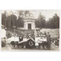 Na Cmentarzu Orląt Lwowskich. Druga od lewej Izabella Stern, Lwów 1926 r.