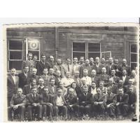 Dwuletni kurs leśniczych w Gdańsku. W drugim rzędzie od dołu, trzeci zlewej stoi Stanisław Karolak, 1946 r.