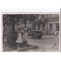 Dziewczynki na Al. Niepodległości, Sopot lata 50. XX w.