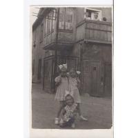 Dziewczynki pozują na tle podwórka przy Al. Niepodległości, Sopot 1952 r.