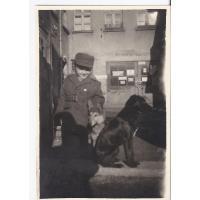 Jerzy Karolak przy oknach mieszkania przy obcenej Al. Niepodległości, Sopot 1953 r.