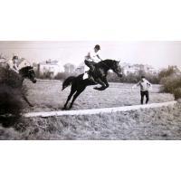 J. Wesołowski na koniu. Obok stoi M. Kucharski, 1975 r.