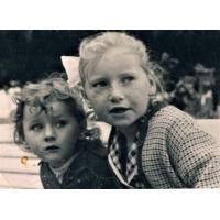 Portret podwójny na molo z siostrą Ewą 1959
