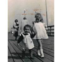 Joanna Palke-Marczak z siostrą Ewą na molo 1958