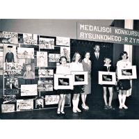 Rozdanie nagród dla finalistów w konkursu rysunkowego kierowniczka Szkoły Podstawowej nr 2 Anna Rozwadowska  oraz Józef Golec nauczyciel plastyki 1965