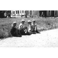 Bracia Marek i Przemyk Pragert z kuzynostwem, Sopot lata 60. XX w.
