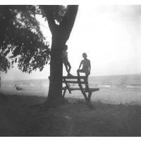 Bracia Pragert pozują na ławce, Sopot 1962 r.