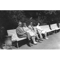 Rodzina Pragertów odpoczywa na parkowych ławkach, Sopot 1963 r.