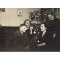 Michał Olichwier z żoną Bronisławą i córkami Alfredą i Danutą w domu na Małoposkiej, Sopot 1953 r.