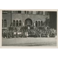 Pracownicy przed budynkiem Urzędu Miasta w Sopocie, lata 40. XX w.