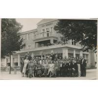 Mieczysław Cisłak z pracownikami przed przedwojennym Park Hotelem, pełniącym funkcję Domu Zdrojowego początek lat 50