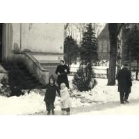 7 Romana Orlikowska-Wrońska( z domu Wieloch) z bratem Wiktorem i mamą Eugenią, Sopot ul. Kościuszki 1946 r.