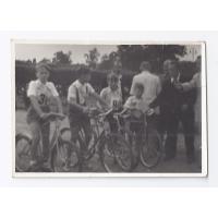 """Uczestnicy wyścigu rowerowego o """"Błękitną wstęgę mola"""",1954 r."""