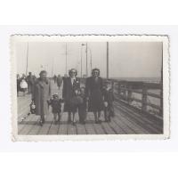 Rodzinne zdjęcie Grabowskich. Od prawej Janusz brat Stefana, ciocia Jadwiga Berniak, Stefan Grabowski i kuzynki z dzieckiem, Sopot 1950 r.