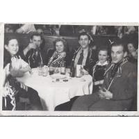 Świętowanie w hotelu Nadmorskim. Od prawej siedzą Tadeusz Kopczyński, Emanuela Itrych i Alfred Itrych, Sopot 1947 lub 1948 r