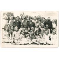 Zdjęcie klasowe. W środku wychowaca Pan Homacz, trzecia od lewej na dole Teresa Karnowska z domu Mielczarek, Sopot 1945 lub 1946 r
