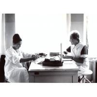 Teresa Lichodziejewska  i pielęgniarka Krystyna Brewińska (z prawej), Poradnia Higieny Pracy, Sopot 1964 r.