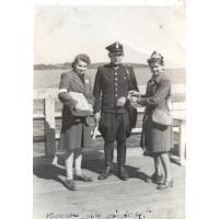 Teresa Lichodziejewska (z prawej) kwestuje z koleżanką na oświatę, Sopot 1947 r.