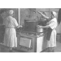 Tuż przed obiadem. Kuchnia PDD nr 5, Sopot po 1945 r.jpg