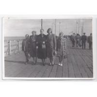 Od lewej Roswita Stern, Wanda Kurpisz-Andrzejewska, Walentyna Kurpisz-Roth z córką Izabellą Stern i wnuczką Karin, Sopot 1956 r.