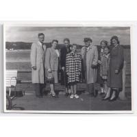 Od lewej stoją Gustaw Roth-Kowalski z żoną Marią, Walentyna Kurpisz-Roth i jej wnuczka Karin, Teofil Andrzejewski z żoną Wandą Kurpisz-Andrzejewską, Rosvita z mamą Izabellą Stern, Sopot 1956 r.