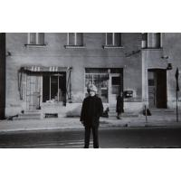 Sławomir Wójtowicz w peruce przed domem na Alei Niepodległości 677, Sopot lata 60. XX w.