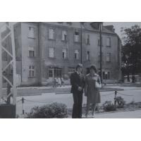Wanda Wójtowicz z synem Sławomirem przed domem na Alei Niepodległości 677, Sopot lata 60. XX w.