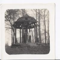 Wiesław Witz i Zbyszek Penkala przy świątyni Kollatha, Sopot lata 50. XX w.