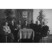 Od lewej Moryś Janowski, Marian Antoniak, Władysław Walentynowicz, Władysław Bukowiecki, Pułkownik od SW, Roman Heising, Mieczysław Matuszkiewicz, 1955