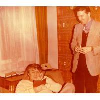 Andrzej Cybulski (z telefonem) i Wojciech Korzeniewski w biurze BARTu, Sopot Chopina 10, lata 70. XX w.