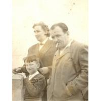 Wojciech Korzeniewski z mamą Ireną Wieloszewską i ojczymem Innocentym Wieloszewskim, Sopot lata 50. XX w. fot 2.