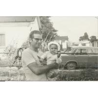 Wojciech Kowerski z córką Magdaleną. W tle stajnia nr 2, Sopot 1978 r.