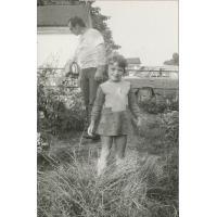Wojciech Kowerski z córką Joanną. W tle sopockie stajnie w czasie przebudowy, Sopot 1978 r.