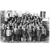 Wychowankowie PDD nr 5 na schodach pałacu, Sopot 1946 r.jpg