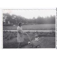 Anna Lewandowska z synem Zygmuntem na spacerze, Sopot 1947 r.