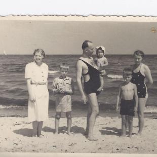 Wojciech, Marek i Felek Kowerski z Jasiem i Basią, Łeba 1949 r.